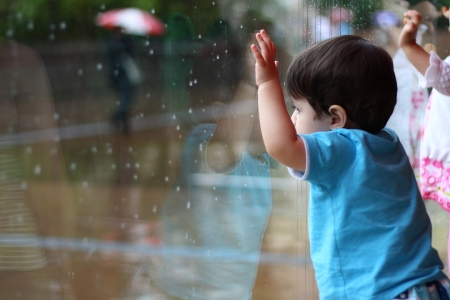 'Our boy watching the rain outside', por Andres L.